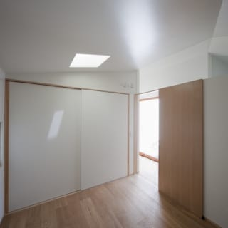 寝室には押し入れを設けて、手持ちの家具をしまえるようにした