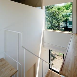 子世帯のある階へあがる階段室。左側の階段から外のルーフバルコニーへ出る