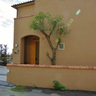 斜面に建っており、玄関は2階になる。エントランスもすっきりとシンプルなデザイン