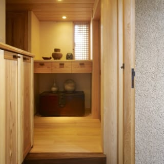 玄関から家へ入ると、右がご主人の書斎、左の廊下の先がリビング。離れのように独立した空間で生活にメリハリが生まれる