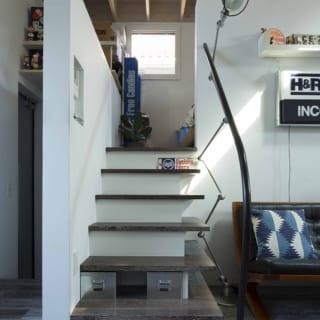 限られた面積を有効活用するため、一部をロフト空間との二層構成にしていることも子世帯空間の大きなポイント。階段上層は寝室とロフト収納、下層にはシューズクローゼットとウォークインクローゼットが設けられている。