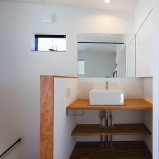深さのある洗面台を3階に設置。将来、子どもが部活をしたときに自身でユニフォームが洗えることも考慮に入れている