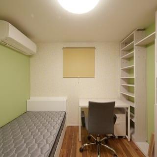 """2階 娘さんの個室/娘さん念願の""""自分の部屋""""は、ホワイトとやさしいグリーンで彩った。写真奥のニュアンスのある壁で、より柔らかな雰囲気に"""