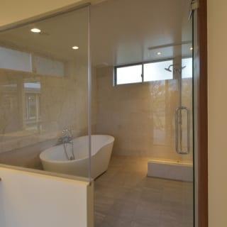 バスルーム/白を基調としたバスルーム。スペースも広めで、ゆったりとバスタイムを楽むことができる
