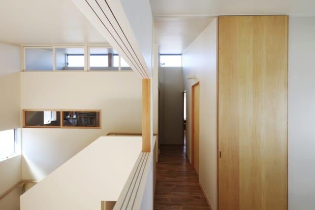 2階ファミリールーム引き戸/ファミリールームから2階通路を見たところ。写真左手の吹き抜けに面した引き戸を開けると、階下のリビングとつながり、コミュニケーションがとれる
