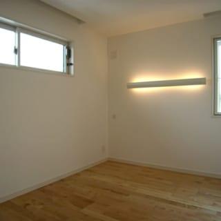 子ども部屋/カバザクラの床と白い壁が温かい雰囲気を醸し出す子ども部屋