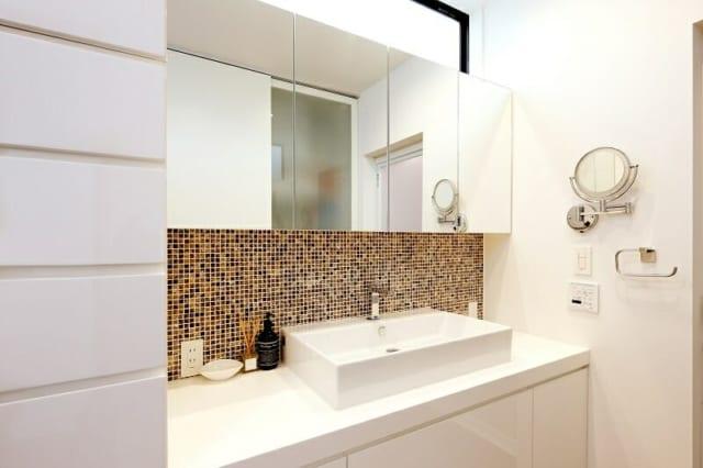 2階の洗面室。モザイクタイルを貼ってアクセントをつけたのはHさんご夫人のご要望。