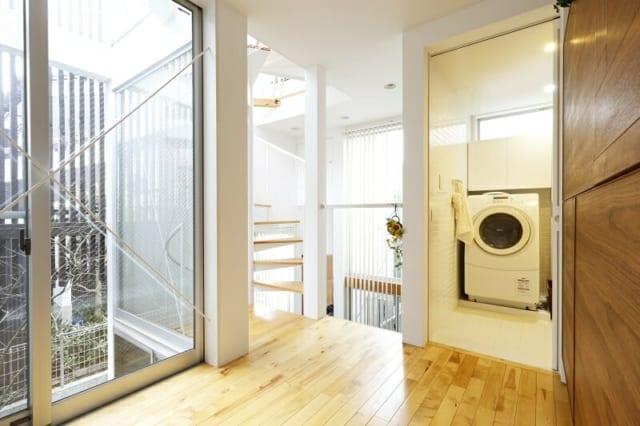 1階 フローリングスペース~水まわり/フローリングスペースは洗面室、バスルームなどの水まわりともつながる。現在は同じフロアの和室を寝室としているので、入浴から就寝、朝の身支度などの動線が抜群