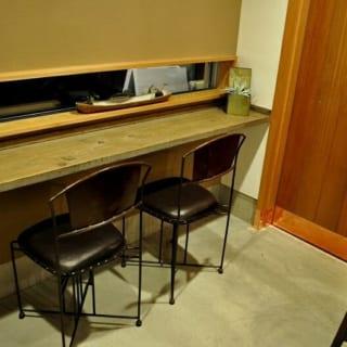 1階 カウンター/大通りに面したカウンター席。普段は見ることのない目線で大通りを眺めることができ、思い思いにくつろげる