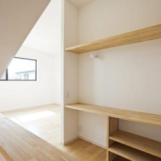廊下~子供部屋/部屋の外から子供部屋を見た写真。化粧台が視線を遮るためか、プライベート空間が適度に守られている