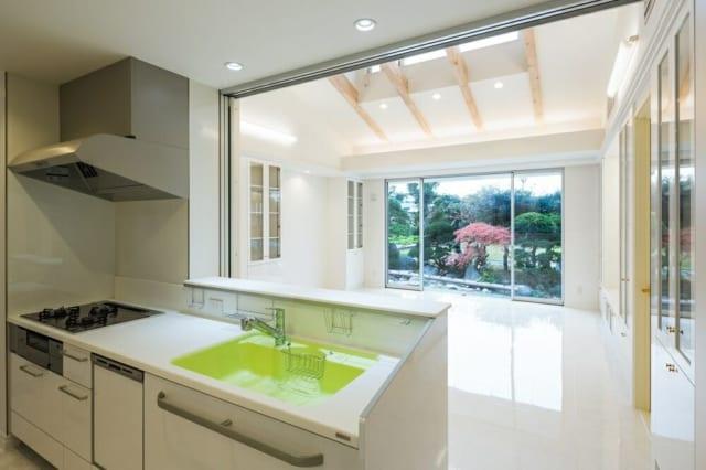 仕切りを開けておけば、眺めも良いキッチン