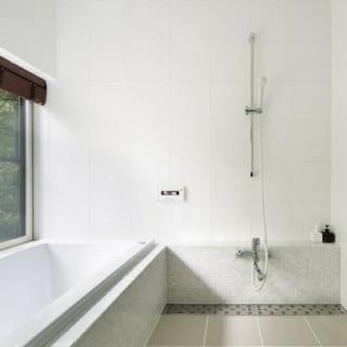 バスルーム/在来浴槽のバスルーム。浴槽には大理石が使われており、高級感いっぱい
