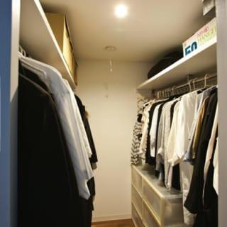 ウォークインクロゼットは約2畳。隣のベッドルーム(4.5畳)との比率で考えると大きいがI邸では収納重視。ハンガーパイプの間での動きやすさなども考えて造作