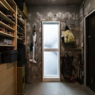 プライベートな玄関から入った通路/プライベートで利用する玄関を入ったところには、収納力たっぷりのシューズクローゼットが備えられている
