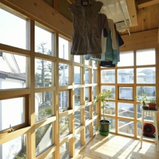 T邸、サンルーム/南の日差しがたっぷり入り洗濯物を干すことができる。