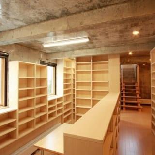 本人もどれだけあるかわからないという蔵書を入れるために、可能な限り壁は本棚にしている
