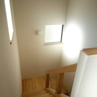階段踊り場/階段等の通路は、できるだけゆったりとした造りに。邸内は採光にも細やかに配慮しており、外部の視線が気になりにくい位置に窓を設けている