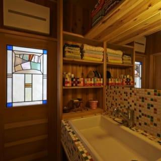 洗面台/タイルの配色が可愛らしい洗面台。洗面用品は左の棚に収納して、正面はすっきりと見せた