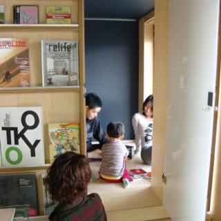 小上がりのスペースは、子どもたちの格好の遊び場にもなる。移動家具によって、子どもと大人の空間をゆるやかに区切ることもできる
