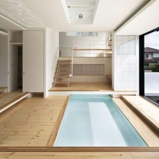 1階玄関ホール~1.5階キッチン/フロア間に壁はなく、空間を仕切りたいときは、昔ながらの建具である障子を用いる。障子は閉めてもほどよい通気性を保ち、家の中に大量の水があっても湿気によるトラブルを防げる