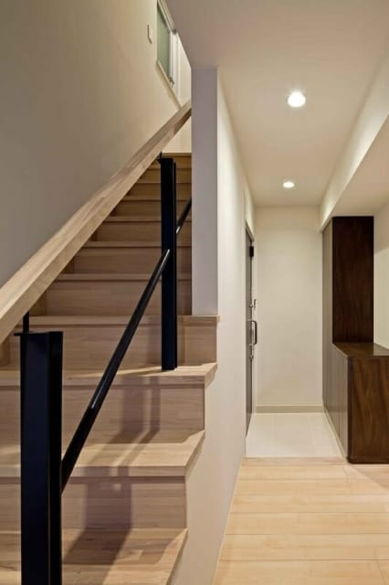 【NY邸】壁を取り払って生まれた内階段。写真奥が玄関になったメゾネット型の住まいは、元オフィスとは思えない雰囲気だ。