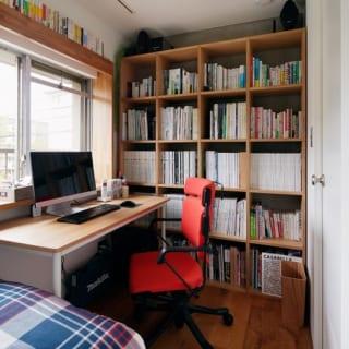 現在、ご主人が書斎として使っているのは、将来は子ども用に考えている部屋。読書が好きな奥さまも使えるよう、カウチソファ代わりにベッドを置いてある