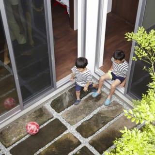 上から見た中庭。再利用した鎌倉石には、歴史を経たものだけが持つ風情があり、暮らしの土台を支えてくれるようだ