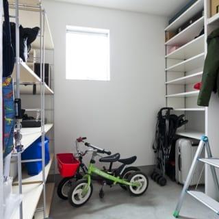 玄関を入ってすぐ右手にある土間収納。子どもの自転車も収納できる広々としたつくり