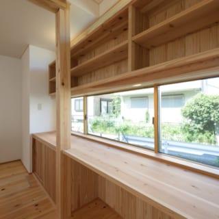 1階 多目的カウンタースペース/ダイニングの脇に設けた贅沢な長さのカウンターは、当面はKさんの書斎として使用予定。目線の高さに大きく窓をとってあり、空間に背を向ける形で座っても圧迫感はゼロ。写真奥のスペースは冷蔵庫置場。作業中に飲み物が欲しくなれば、サッととりに行ける