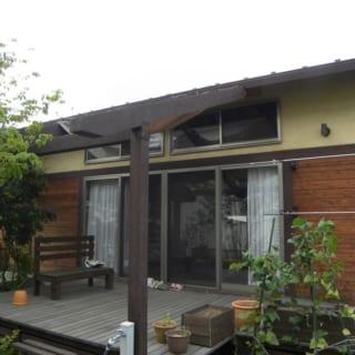 片流れ屋根の外観が目を引くUさん邸。ベージュ色の石灰モルタルを塗装した洋風漆喰にして、周囲の緑と調和を図っている。