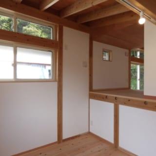 ロフト/子ども部屋と主寝室をつなぐ部分の床が1.2mほど上がっているのは、階段の踊り場部分に設けたトイレがあるため。将来的に間仕切りなどをつけて収納スペースにするのもいいだろう