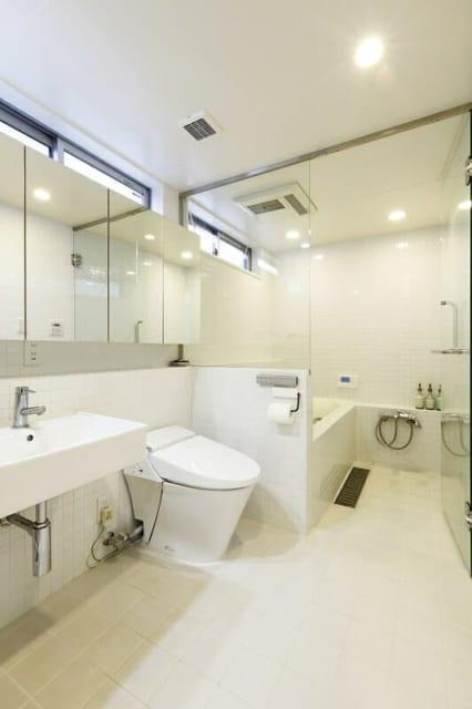 1階 水まわり/白で統一した清潔感あふれる水まわりはゆとりあるスペース。床はタイルで水気の多い場所でも気兼ねがいらない