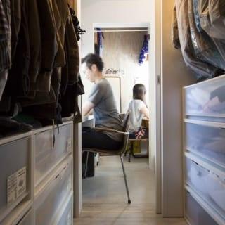 二層部分の下層に設けられたウォークインクローゼットと、隣接する夫婦の書斎スペース。
