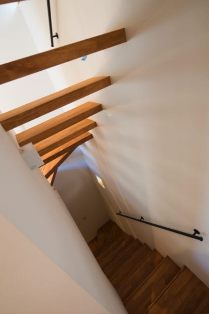 階段の手すりに使われているのは、大阪の業者から取り寄せたマットブラック素材のもの