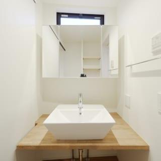 2階 洗面室、バスルーム/水まわりは寝室に近い2階に配置。朝の身支度や就寝前のバスタイムなどの動線がよい