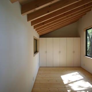 ロフトの寝室部分。窓から手を伸ばせば届きそうなところに木が見える。一度に6〜7人で寝泊まりしたこともあるそう