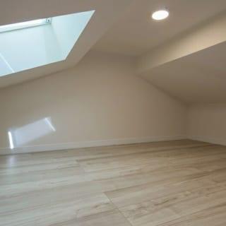 ロフトに設置された天窓。もしロフトで眠るなら朝は気持ちよく起きられそうだ。