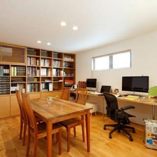 1階のオフィスはナチュラルな雰囲気に。資料や書籍、エアコンなどの収納を造作し、よりすっきりと、より使い勝手よく