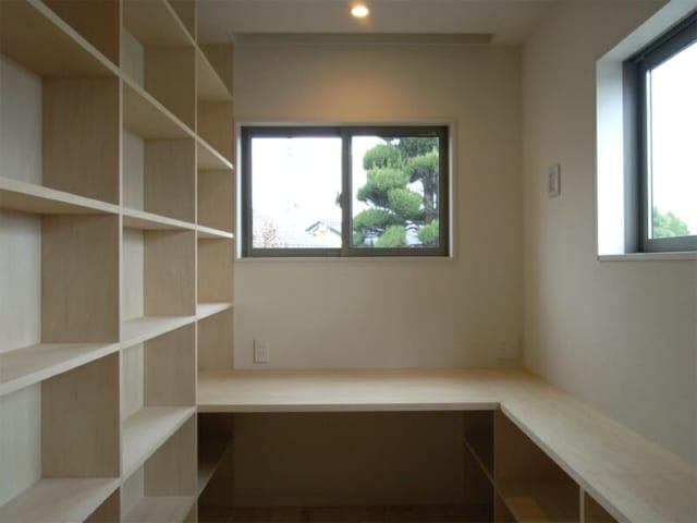 書斎/静かに仕事に専念することができる書斎。本をたっぷりと収納できる本棚も備えている