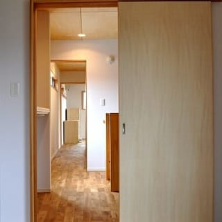 2階 洋室/シュロの木の脇の洋室から通りに面した洋室を望む。廊下左側には横長の細い窓があり、採光が計算されているので明るさは十分
