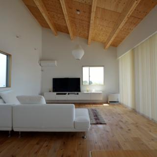 2階 リビング/ダイニングキッチン側から望んだ写真。天井や床のフシのある木材の素材感が滑らかな白壁を始め白を基調とした家に良く合っている