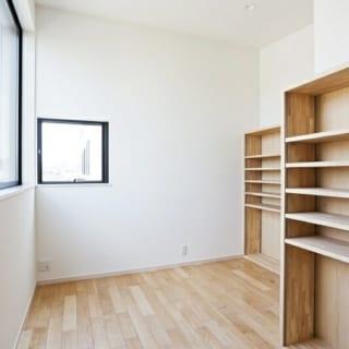 2階 書斎/Tさんの部屋。書棚がしつらえられ、コンパクトながら機能的な印象