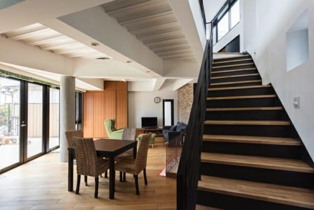 テラス側にはほぼ壁を設けず、ワイドサッシを採用。室内と室外の境界があいまいになり、互いの空間がさらに広く感じられる。