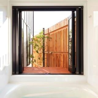 バスルーム/浴室はルーバーで囲まれているため、窓を開け放して露天風呂感覚を味わうことができる
