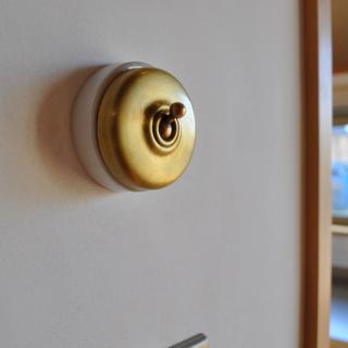 アンティークのスイッチ/金子さんのこだわりが垣間見えるかわいらしいスイッチ。こういったアンティークは、フランスのものを扱う古道具屋などで探してくるそうだ
