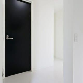 いくつかある扉の中で、トイレのドアだけが黒。「ゲストに説明しやすいように」との石川さんのアイデア