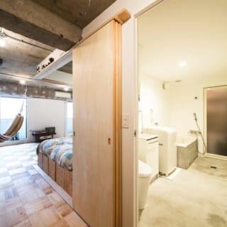 水回り/バス・トイレ・洗面所などをひとまとまりにした空間。来客側、プライベート側の両方に扉があり、どちらからでも出入りできるようになっている