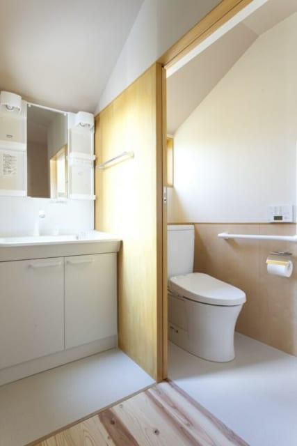 2階洗面室、トイレ/夫妻の寝室がある2階にも、洗面室とトイレをつくった。夜中にトイレに行きたいとき、その都度階段を下りずにすむ