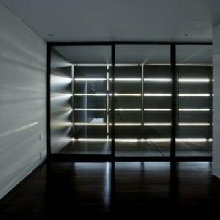 寝室側と浴室洗面側の間の通路になっている中廊下。上の帯状に明るくなっている部分から2階の光が入ってくる
