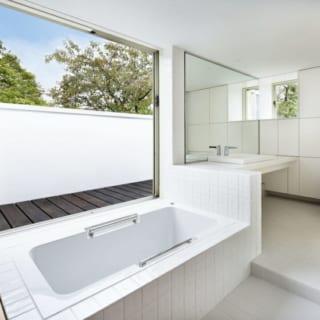 2階水まわり/バスルームなどの水まわりも大きく開口。良好な通風で湿気対策になるだけでなく、湯船に浸かりながらのんびり花見を楽しむこともできる